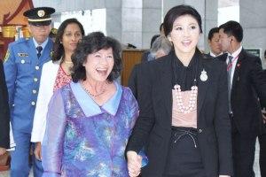 Primeira Ministra da Tailândia, Yingluck Shinawatra (direita), com a Secretária Executiva do ESCAP, Noeleen Heyzer.