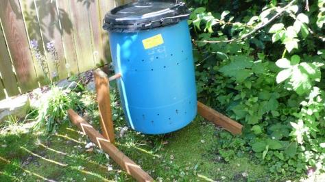 O recipiente deve ser fundo, com tampa, entradas de ar e firmeza para aguentar as reações químicas do processo.