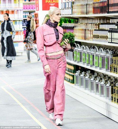 Karl Lagerfeld apresentou a coleção da Chanel em um supermercado. Super normal.