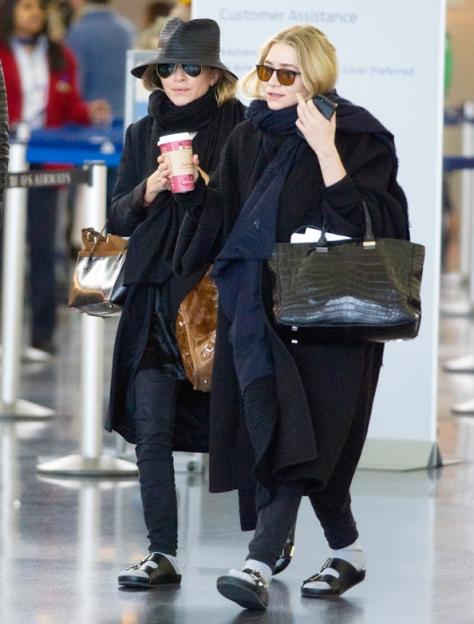 As gêmeas Olsen de meia e chinelos tentando parecer normais