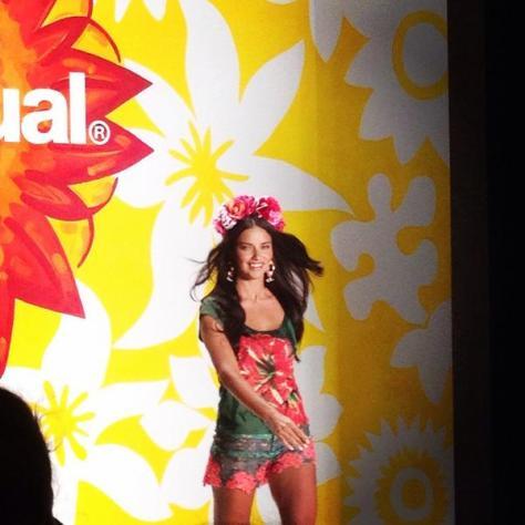 Adriana Lima abrindo o desfile da Desigual