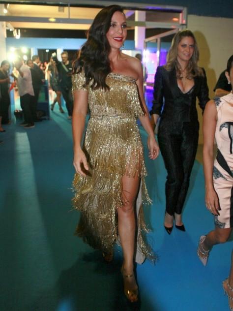A cantora Ivete Sangalo, de vestido Printing e sandálias Prada.