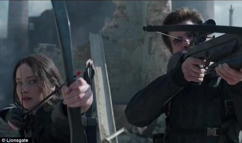 Katniss e Dale (Hemsworth) na única cene em que arqueira usa a flecha