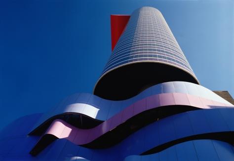 O Instituto Tomie Ohtake se tornou referência por sua arquitetura de vanguarda e formas futuristas.