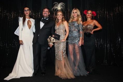 Thaila Ayala, Bruno Astuto, Angelica, Fiorella Mattheis e Carolina Dieckmann no palco da festa