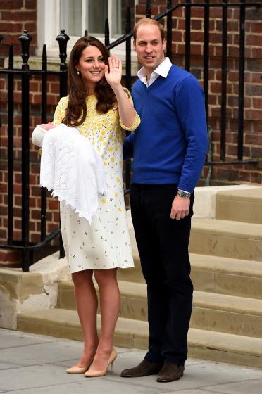 Mais uma vez Kate Middleton usou vestido da Jenny Packham para sair do hospital (Foto: Ian Gavan/Getty Images)
